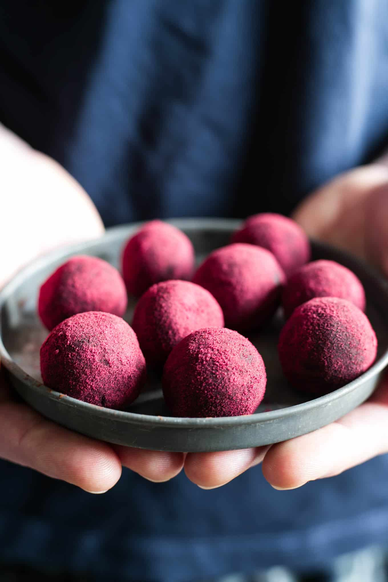 Delicious and easy recipe for chocolate and peanut butter truffles. They are #refinedsugarfree and #vegan! Made with only natural ingredients! #dairyfree | via @annabanana.co