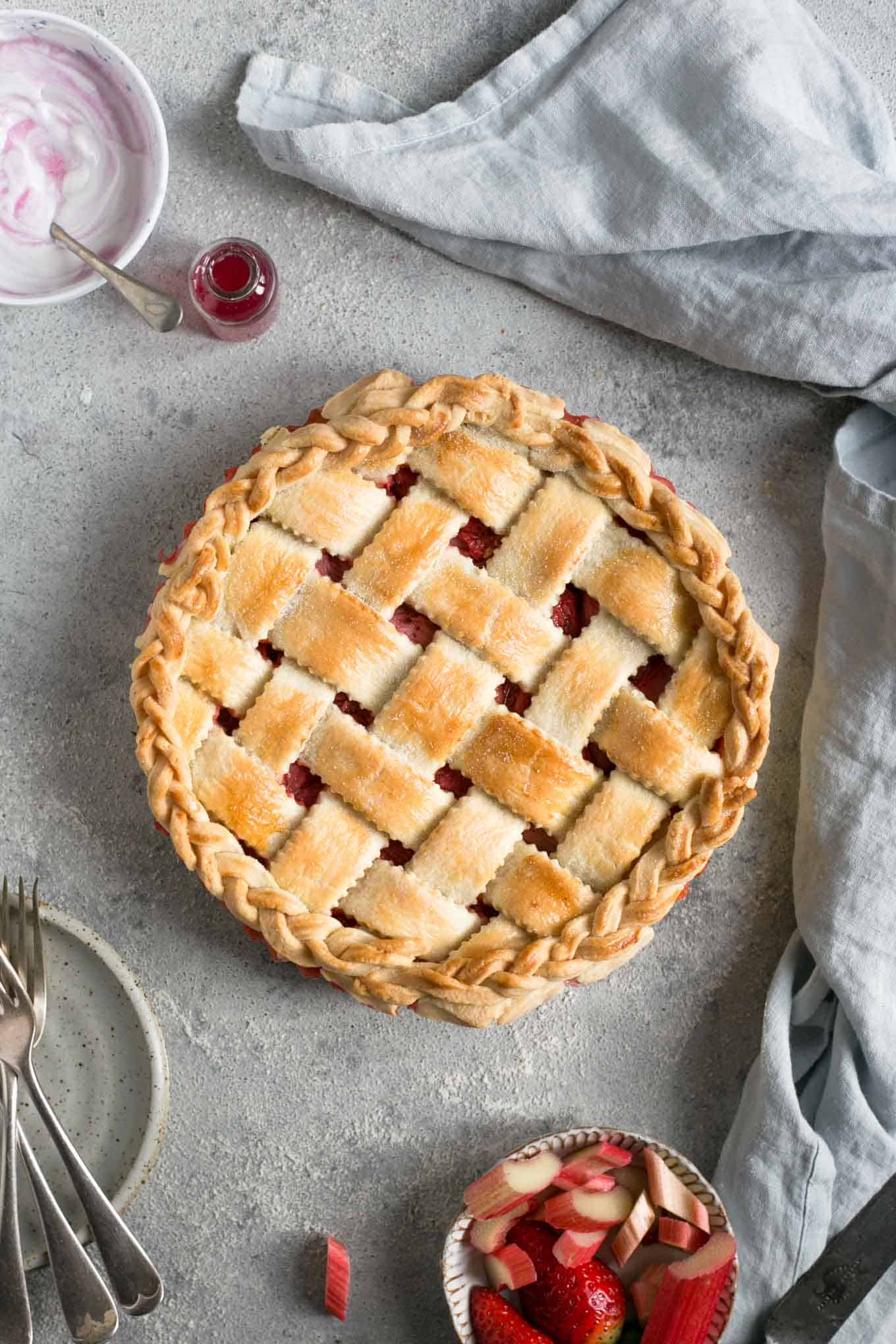 Classic rhubarb strawberry pie. Easy and delicious recipe, ideal for a whole family! #vegetarian #rhubarb #pie | via @annabanana.co