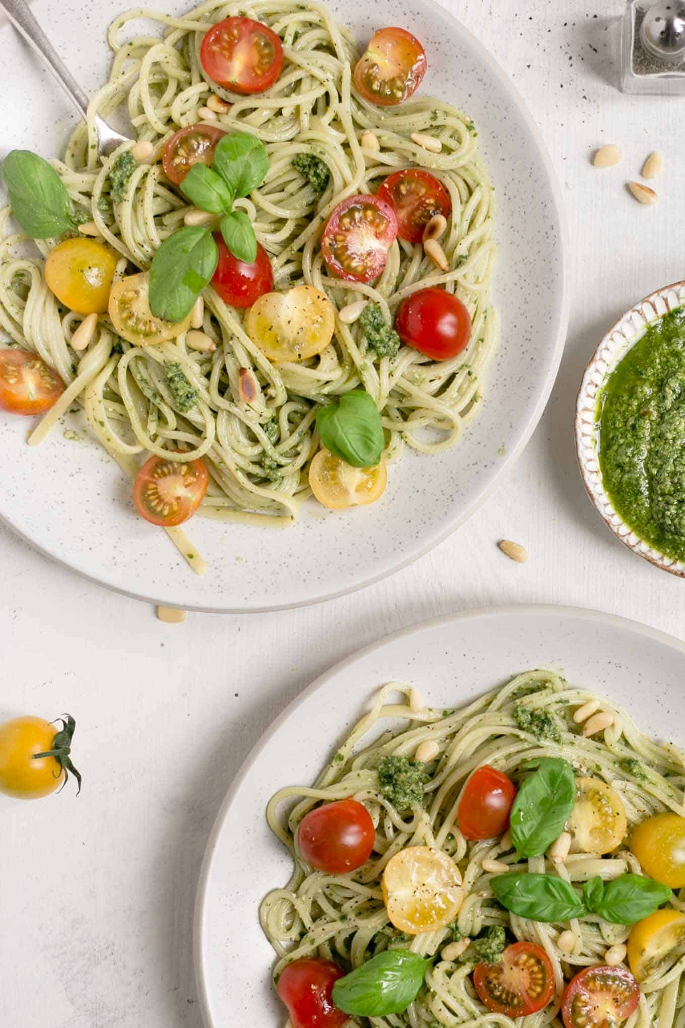 Pesto pasta with juicy cherry tomatoes! Ready in 15 minutes! #veganrecipe #dairyfree #healthyrecipe | via @annabanana.co