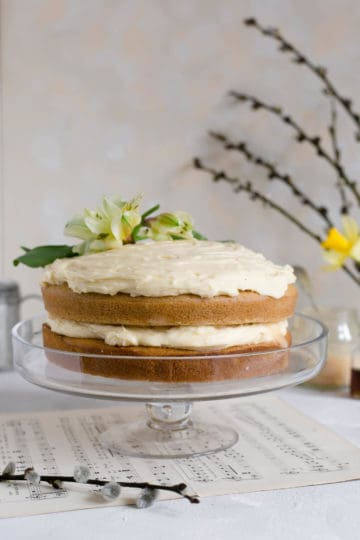 Stunning vegan white chocolate cake with blood orange curd #dairyfree #vegan #cake   via @annabanana.co