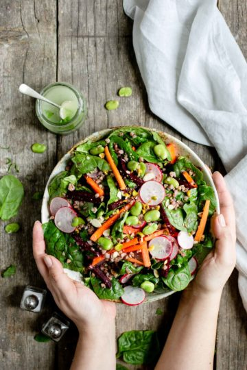 Spinach and beetroot salad packed with fresh vegetables #healthysalad #veganrecipe #dairyfree | via @annabanana.co