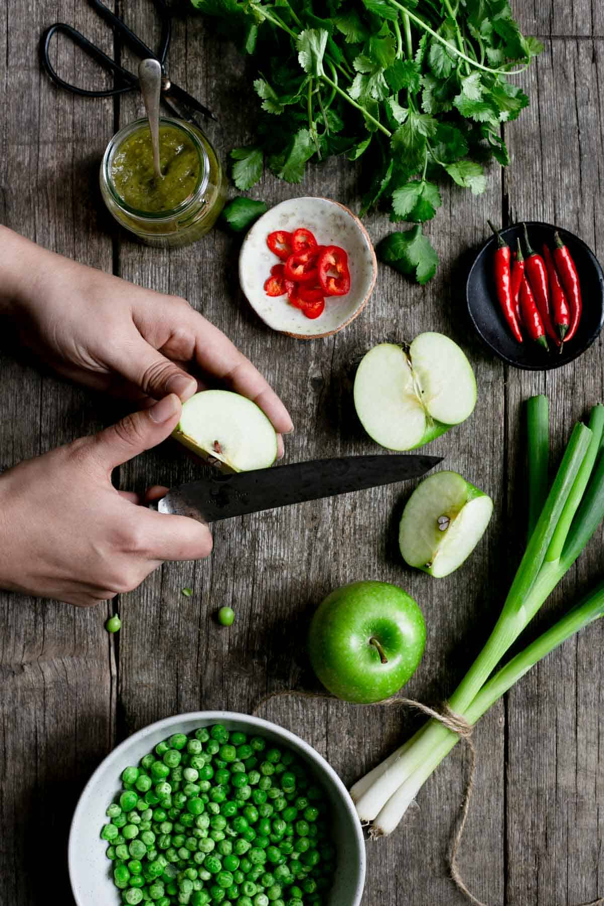 Easy Thai style pea and apple soup, simple ingredients, delicious flavours. #vegansoup #thaisoup | via @annabanana.co