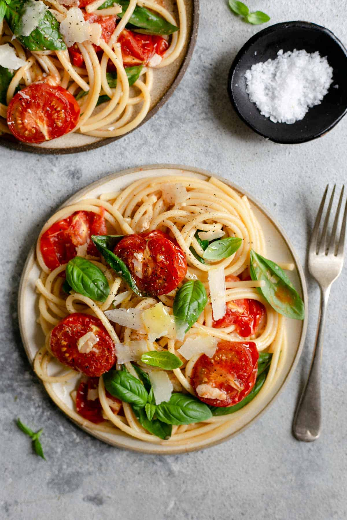 Super simple recipe for bucatini pasta with roasted tomatoes. Easy and delicious dish, perfect for a whole family! #bucatinipasta #simplerecipe