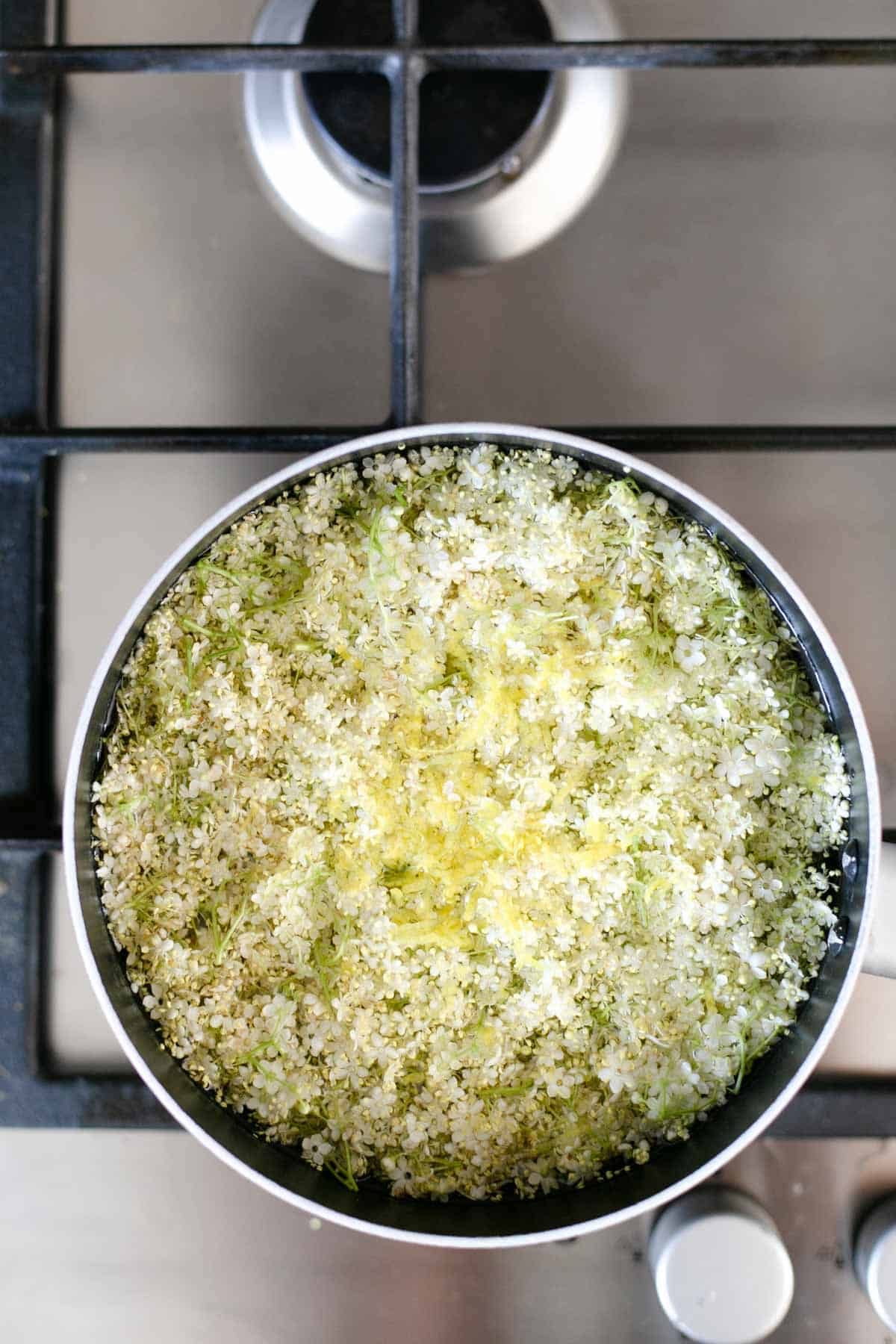 Classic elderflower cordial recipe. Refreshing and fragrant cordial, ideal for summer days! #elderflower #elderflowercordial #drinkrecipe | via @annabanana.co