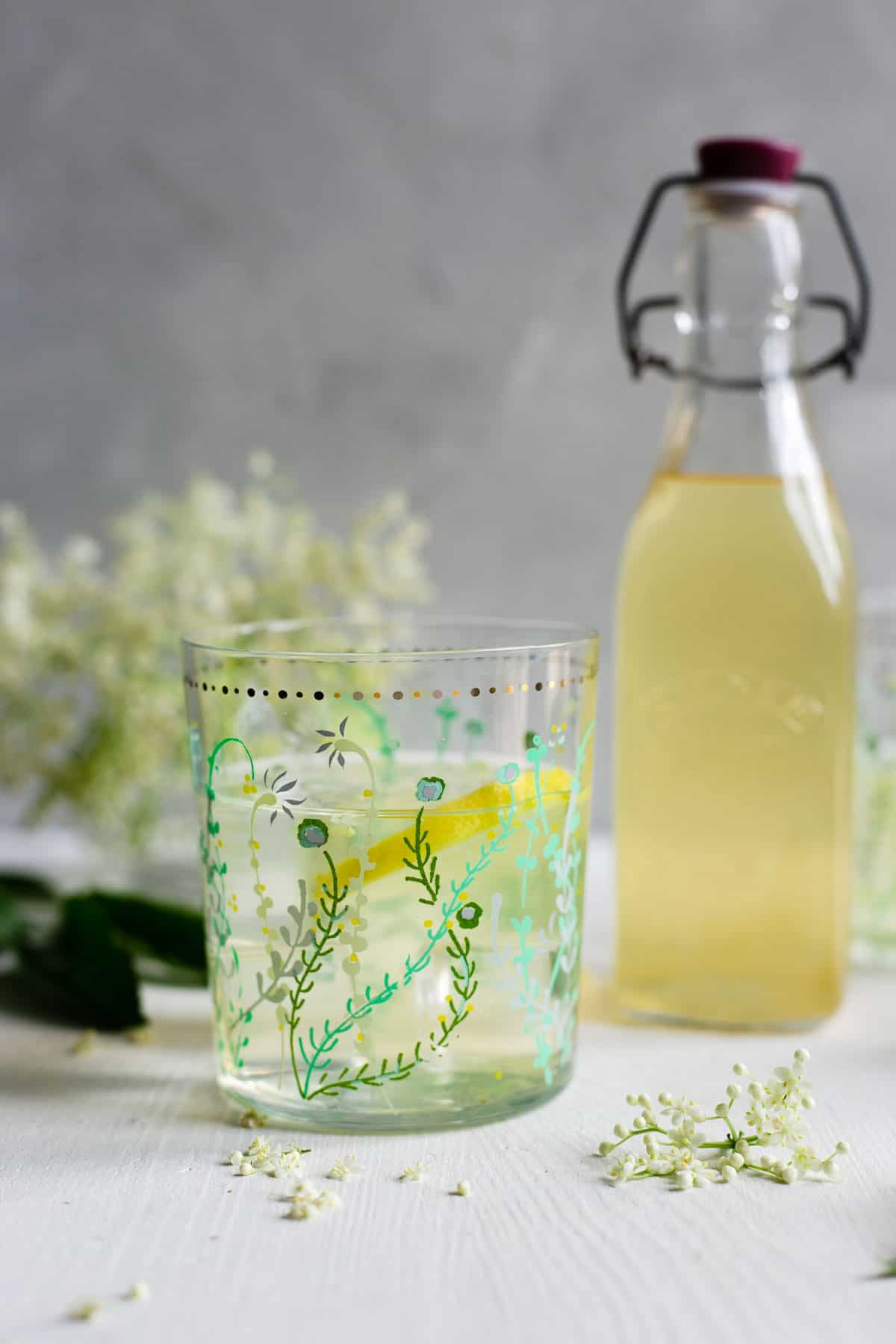 Classic elderflower cordial, delicious and fragrant drink, ideal for summer days! #elderflower #summerdrink #homemade | via @annabanana.co