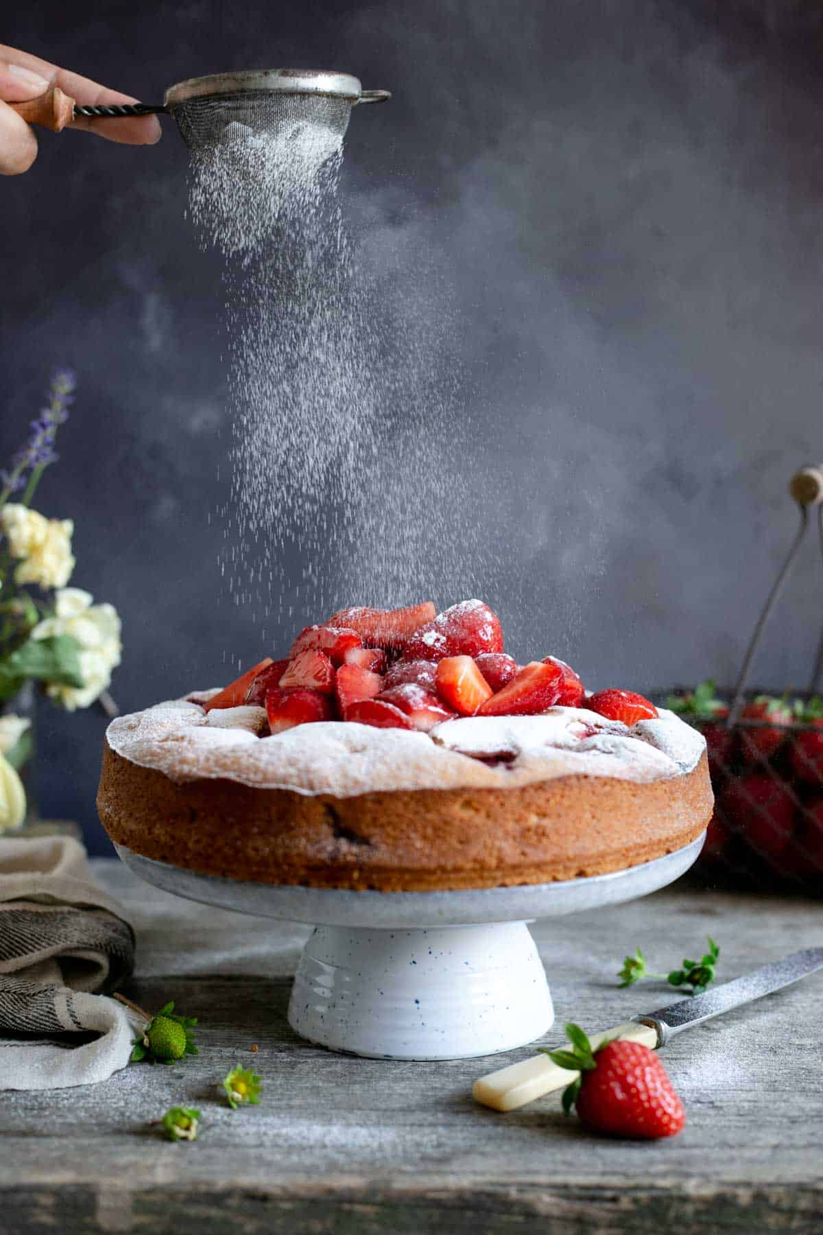 Fresh strawberry yogurt cake, super light and airy, very low-fat! #strawberrycake #vegetariancake #lowfat #foodphotography | via @annabanana.co