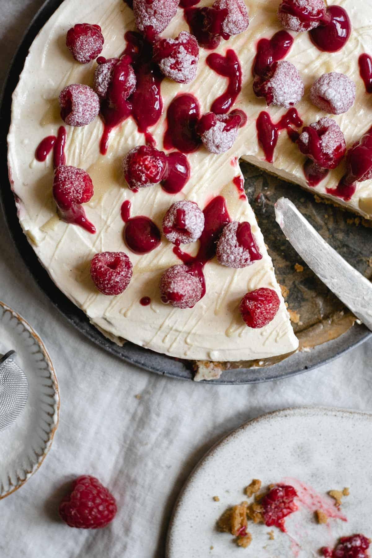 Smooth and creamy no-bake raspberry cheesecake with white chocolate #nobake #dessert #cheesecake | via @annabanana.co