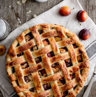 Plum pie with almonds (vegan)