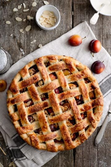 Homemade vegan plum pie with toasted almonds. #veganrecipes #plums #plumpie | via @annabanana.co