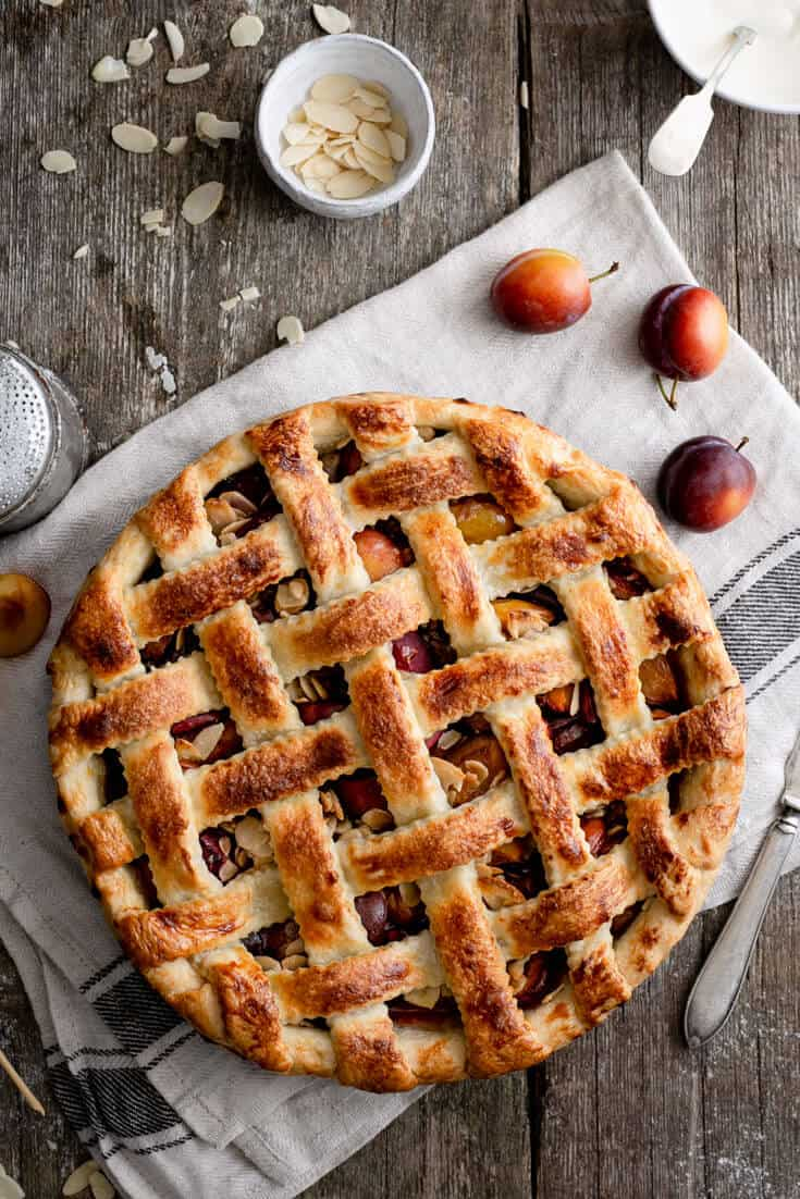 This beautiful vegan plum pie is filled with sweet and juicy plums and toasted almonds, topped with golden, buttery pastry. Perfect weekend bake! #veganrecipes #plums #plumpie #foodphotography  | via @annabanana.co
