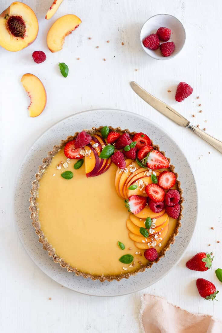 This easy to make peach tart is ideal for summer, no-bake, vegan and gluten-free! #peaches #peachtart #summer #vegan #glutenfree #refinedsugarfree | via @annabanana.co